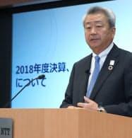 決算発表するNTTの澤田純社長(10日、東京都千代田区)