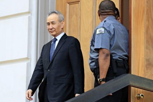 初日の閣僚級協議を終え、USTR本部を後にする中国の劉鶴副首相(9日、ワシントン)=AP
