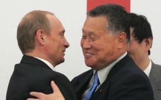 抱き合う森元首相とプーチン大統領(左)(2005年6月、サンクトペテルブルク)=ロイター