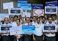ジェット・エアウェイズの救済を求める社員たち(8日、ムンバイ空港)=ロイター