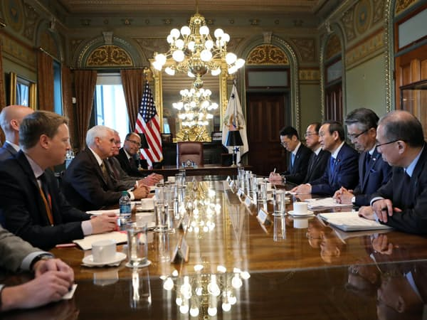 ペンス米副大統領と会談する菅官房長官(右から3人目)=10日、ワシントン(在米国日本大使館撮影)