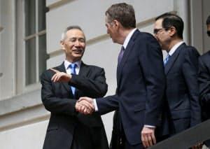 10日の貿易協議を終えてUSTR本部を離れる前にライトハイザー氏と握手する劉氏=ロイター