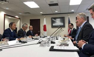 米国の金融機関のトップらと会談する菅官房長官(10日、ニューヨーク)