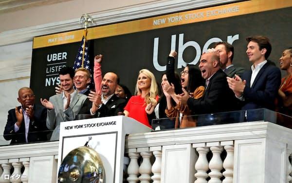 10日、ニューヨーク取引所で取引開始のベルを鳴らすウーバーのダラ・コスロシャヒCEOら=ロイター