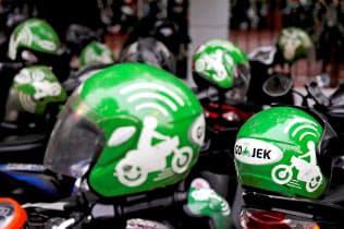 ライドシェアを巡る競争は激しい(インドネシア、ゴジェックのヘルメット)=ロイター