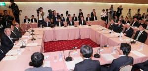 第9回関西3空港懇談会に臨む松本関経連会長(左端)ら(11日、大阪市北区)