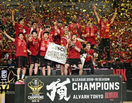 バスケットボール男子Bリーグで2連覇を果たし、喜ぶA東京の選手たち(11日、横浜アリーナ)=共同
