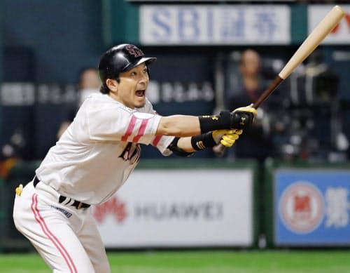 8回ソフトバンク1死、松田宣が右越えに本塁打を放つ(11日、ヤフオクドーム)=共同