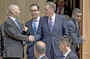 閣僚級協議を終え、中国の劉鶴副首相(左)と握手するライトハイザーUSTR代表(10日、ワシントン)=AP