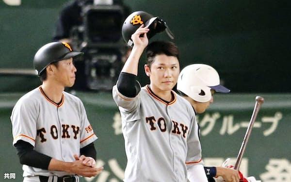 1回、開幕から36試合連続出塁でセ・リーグ新記録を樹立し、ファンの声援に応える巨人・坂本勇(12日、東京ドーム)=共同