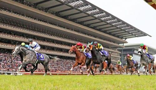 第14回ヴィクトリアマイルを制したノームコア(左端)。日本レコードで優勝した(12日、東京競馬場)=共同