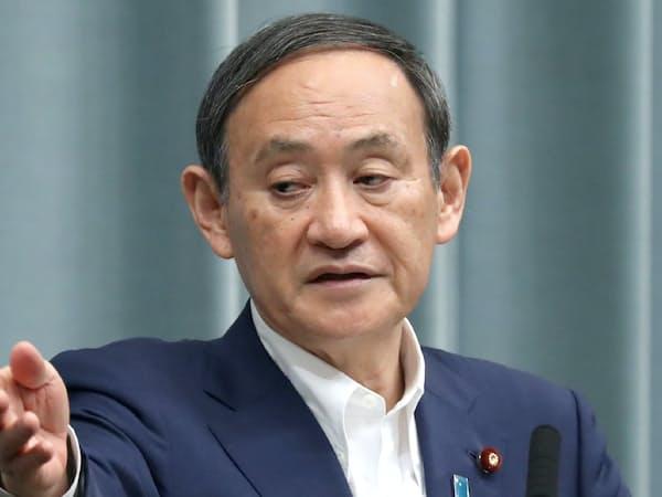 記者会見する菅官房長官(首相官邸)