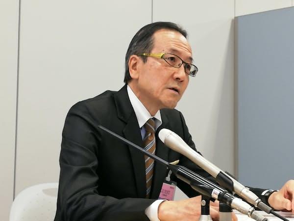 記者会見するデサントの辻本CFO(13日、大阪市)