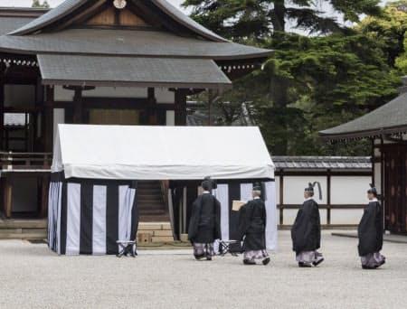 大嘗祭で使うコメの産地を占う「斎田点定の儀」(13日、皇居・神殿の前庭)=宮内庁提供