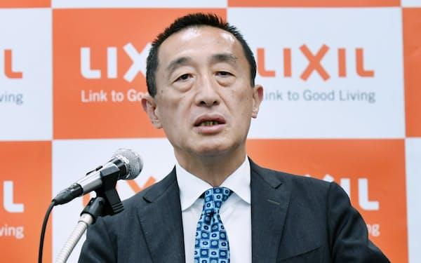 新経営計画について説明するLIXILグループの山梨広一社長(13日午後、東京都中央区)