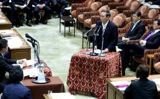 衆院決算行政監視委で答弁する菅官房長官(13日午前)