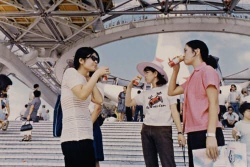 UCCの缶コーヒーを飲む来場者(1970年の大阪万博会場)