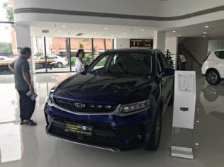 中国の自動車大手、浙江吉利控股集団の4月の新車販売台数は前年同月比2割近く落ち込んだ(広東省広州市の販売店)