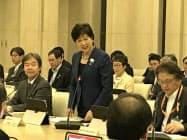 学長らとの懇談会であいさつする小池知事(中央。13日、東京都庁)
