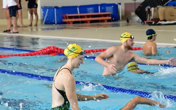 豪競泳代表は長岡市で行ったパンパシフィック選手権の事前合宿で、子どもたちへの水泳教室を開いた(18年夏)