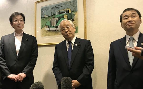 関西3空港懇談会後、取材に応じる久元市長(左)、井戸知事(中)、家次会頭(右)(大阪市内)