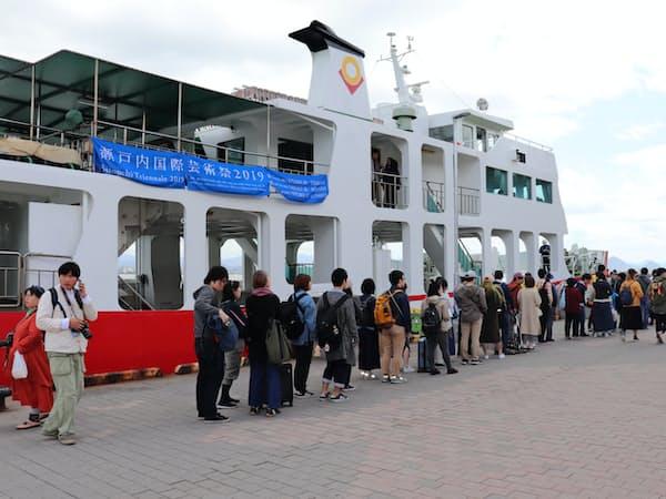 GW期間中、船を待つ観光客で長蛇の列ができた(女木島、4月27日)