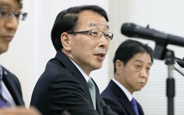 決算発表する柴戸会長兼社長(中)(13日午後、福岡市中央区)