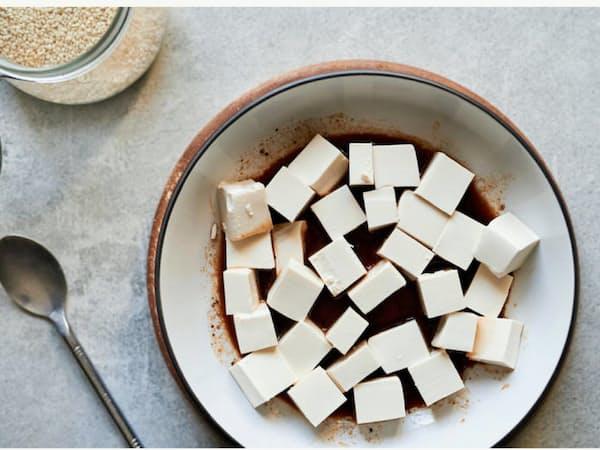 豆腐など大豆製品の開発や販売で連携する(写真はハウスの製品)