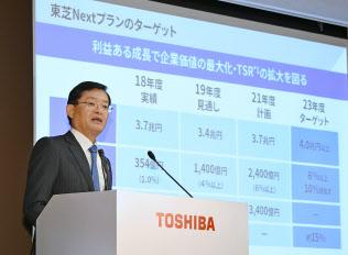 記者会見する東芝の車谷暢昭会長兼CEO(13日、東京都港区)