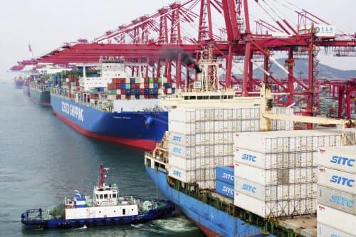 中国は米国製品について、関税率を引き上げると発表した(山東省青島のコンテナ船)=AP