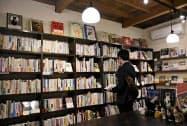 猫をテーマにした書籍がずらりと並ぶ「書肆吾輩堂」の店内(福岡市)=共同