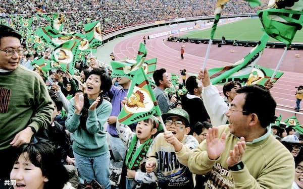 Jリーグは平成の間に時代を象徴するプロスポーツとしてすっかり定着した(1993年11月)=共同