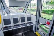 6月からの実証実験では15人ほどの客とスタッフが乗ったバス状の小型車両を、国立公園内で自動で走らせる(写真は車内の様子)