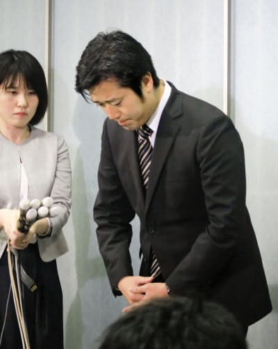 北方領土の元島民に対する不適切な発言について謝罪する日本維新の会の丸山穂高衆院議員(13日午後、東京・赤坂の議員宿舎)=共同