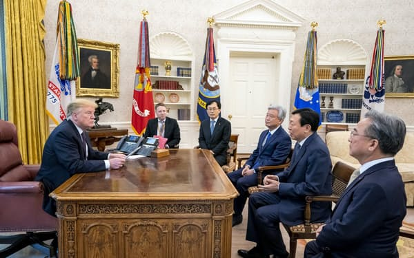 ロッテグループの辛東彬会長(右から2人目)は13日、トランプ米大統領(左)と面会した(米ホワイトハウス)