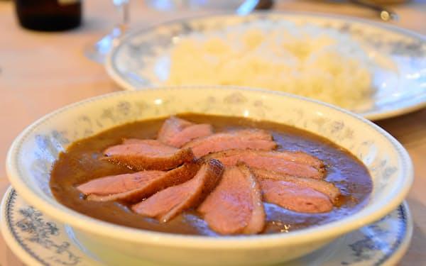 看板メニューの「リッチ鴨カレー」(函館市の五島軒本店レストラン、雪河亭)