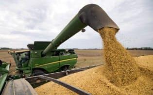 米中貿易戦争で、米国産大豆は中国の標的となった(2018年9月、米インディアナ州で収穫中の大豆)=AP