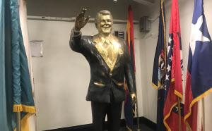 艦内にはレーガン元米大統領の像が展示されていた