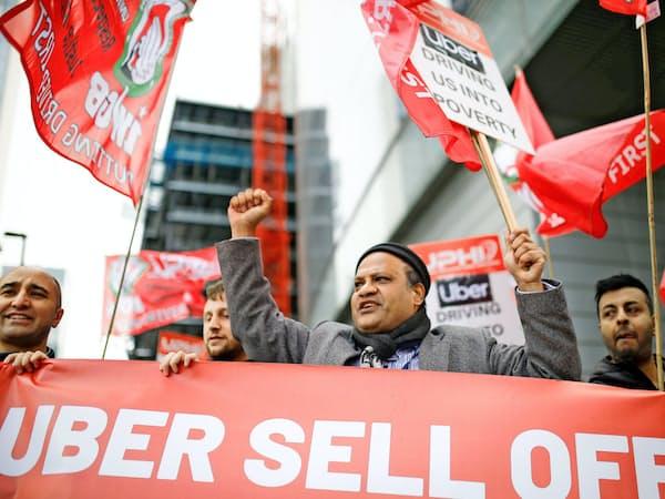 待遇改善を求めてストライキするウーバーの運転手(ロンドン、5月8日)=ロイター