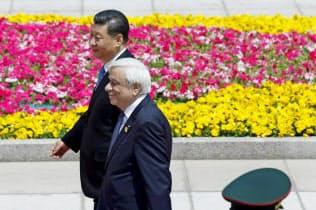 歓迎式典で習近平氏と歩くギリシャのパブロプロス大統領(14日、北京)=ロイター