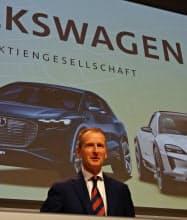 株主総会で登壇するVWのディース社長(14日、ベルリン)
