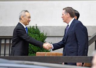 握手する中国の劉鶴副首相(左)とライトハイザー米通商代表(10日、ワシントン)=ロイター