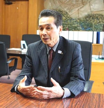 インタビューに答える静岡県小山町の池谷晴一町長(14日、同町役場)