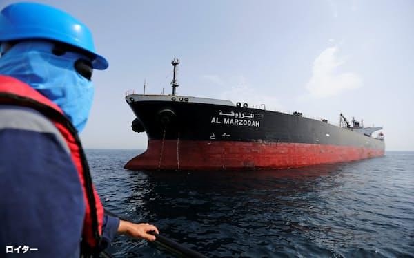 13日、アラブ首長国連邦(UAE)の港に入る、攻撃を受けたサウジアラビアのタンカー=ロイター