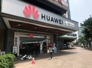 サムスン電子とファーウェイは2016年以降、互いに提訴し争っていた。(中国広東省広州市のファーウェイ販売店)