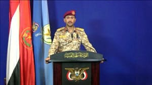 14日、サウジアラビアの施設へドローンを使い攻撃を仕掛けたとテレビを通じ主張するフーシの報道担当=ロイター