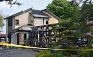 火災が起きた住宅(15日午前8時25分、栃木県市貝町)=共同