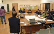 障害がある人や相談支援専門員、自治会などが参加した災害時ケアプランに関する会議(2017年11月、大分県別府市提供)=共同