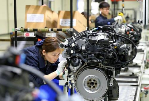 中国経済は回復力に乏しい状況で、追加関税の打撃が懸念される(四川省の自動車エンジン工場)=ロイター
