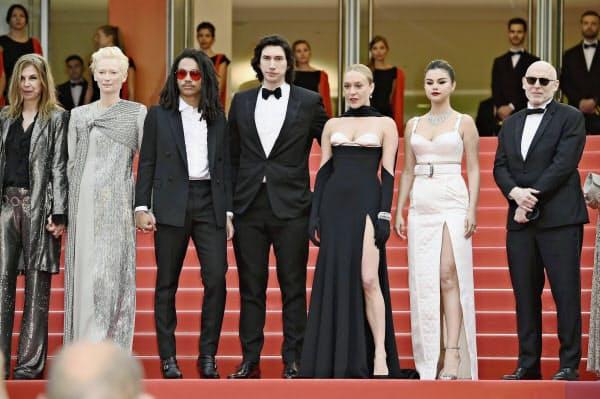 第72回カンヌ国際映画祭開幕式に出席した俳優のアダム・ドライバーさん(左から4人目)、クロエ・セビニーさん(同5人目)ら=14日、フランス・カンヌ(ゲッティ=共同)